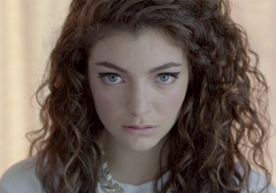 """Screenshot aus dem Musikvideo """"Royals"""" von Lorde."""